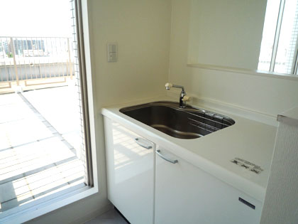 ルーフバルコニーの横には、小さなキッチンまで備え付けられています。