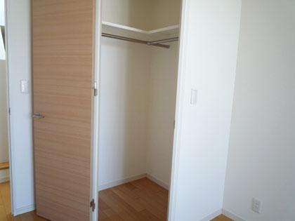 洋室には収納棚もきちんと完備されています。