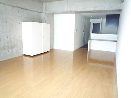 クローゼットのついた、703号室の明るくスッキリと広い室内。