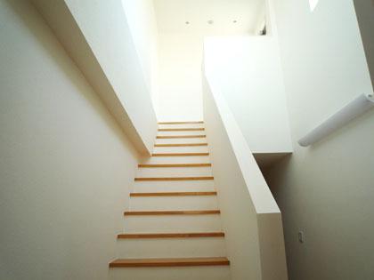 ルーフバルコニーへ続く、白く美しい階段。