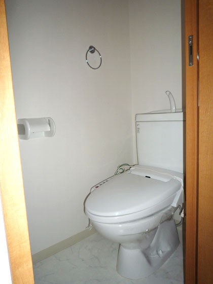 ウォシュレットの完備された、清潔感のあるトイレ。