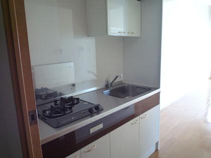 キッチンは少し狭いけれど、2口コンロでお料理もしやすそう。