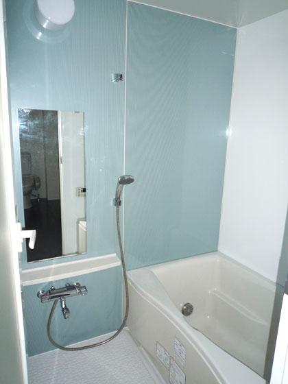 淡いブルーの壁に癒される、703号室のバスルーム。