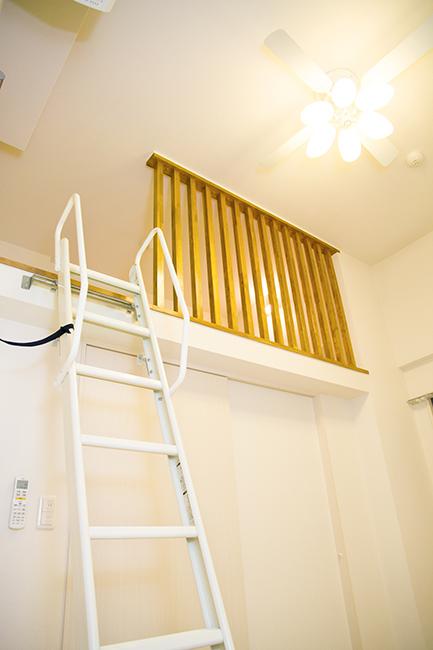 梯子を登ればロフトに行けるお部屋です。