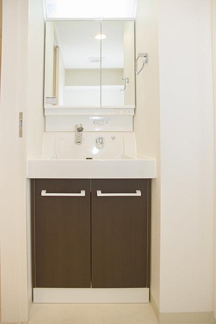 ブラウンの収納扉が、高級感を引き出すきれいな洗面台です。