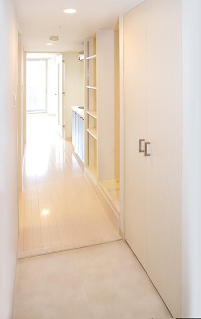 玄関からリビングへつづく廊下は日常生活の事がよく考えられている様子です。