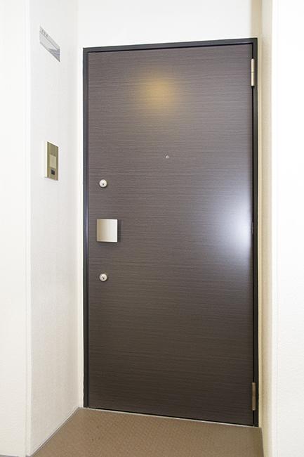 ダブルロックのついた玄関ドアなので、セキュリティ面は安心です。