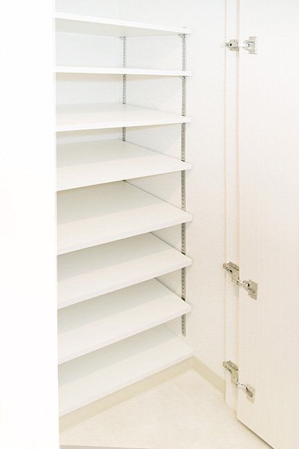 玄関の右手には、収納力のある靴箱が完備されています。