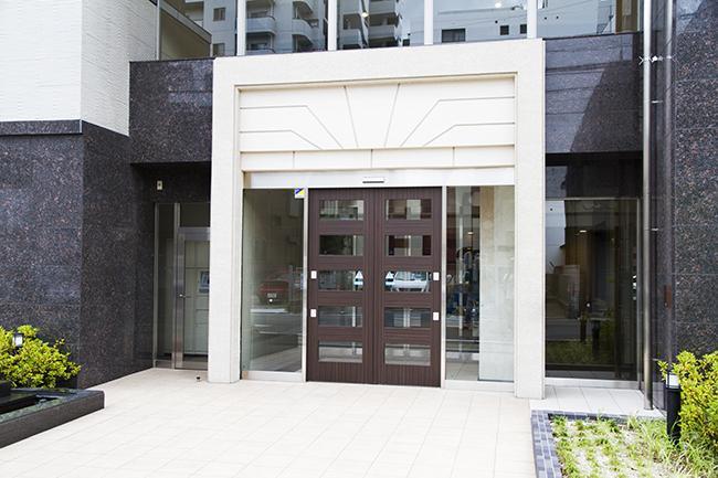 マンション入口は、外観と同じく高級感漂います。