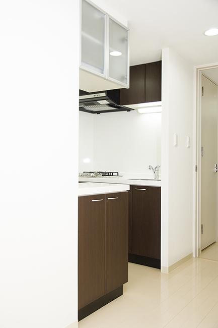 キッチンスペースは壁のなかにあります。
