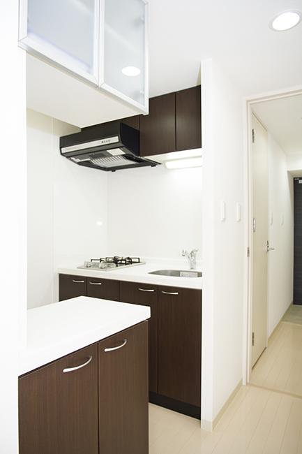 キッチンスペースには、食器棚も完備されています。