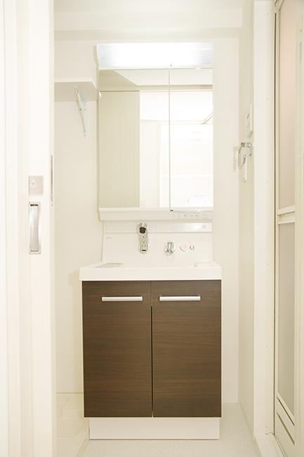 収納扉付きの鏡がついた洗面台は、使い勝手がよさそう。