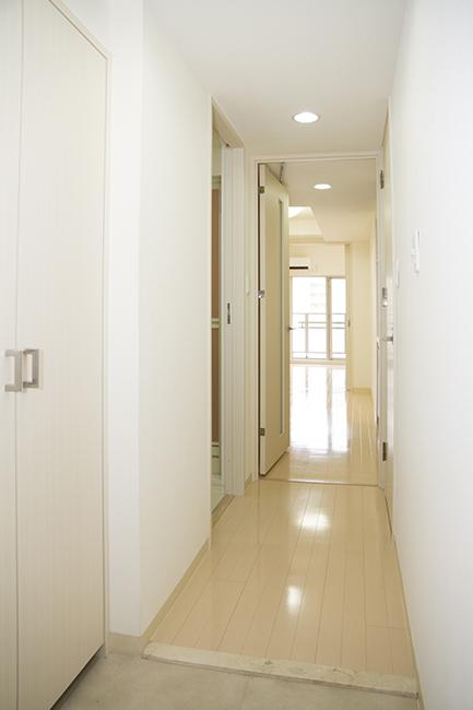 玄関から続くスッキリした廊下。導線にキッチンスペースは有りません。