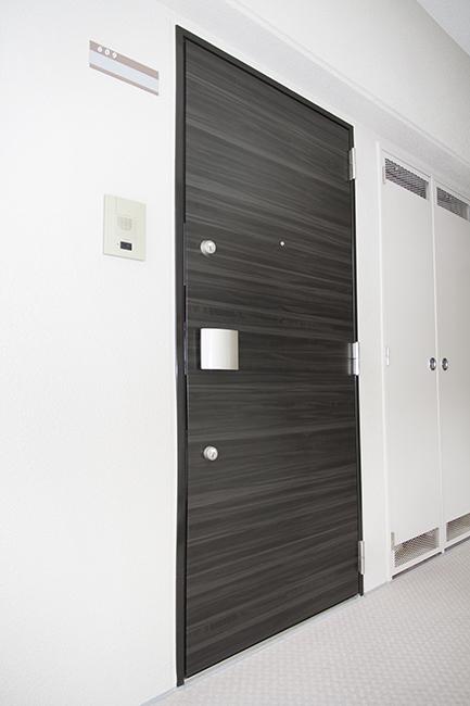 ダブルロックの高級感のある玄関ドアです。