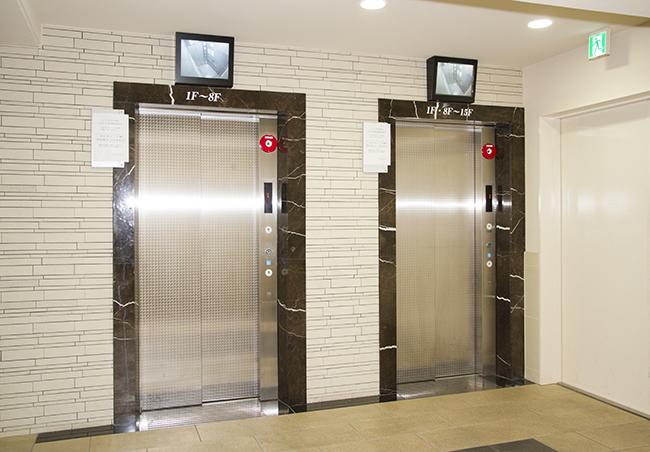 エレベーターはオートロック式で、ロビーまで入れても鍵なしでは乗れません。