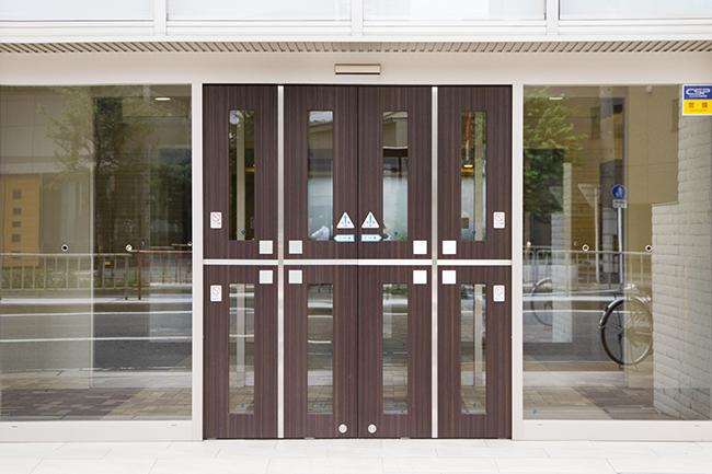 木目調の大きくて立派な、重厚な造りの自動ドアです。