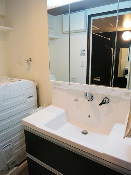収納スペースの多い、使い勝手のよさそうな洗面台。