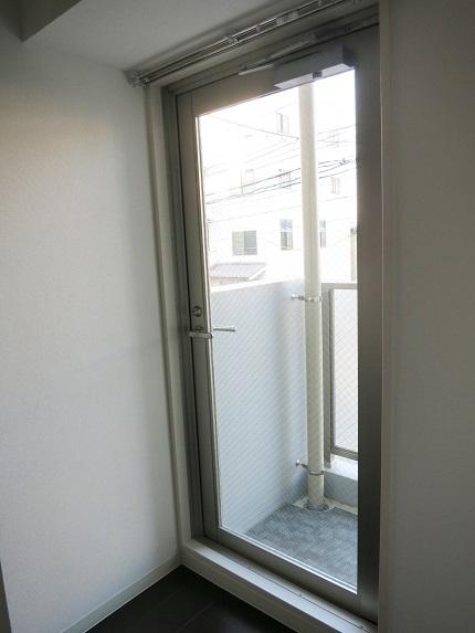 2階のお部屋の、洋室の北側にはプチベランダがあります。