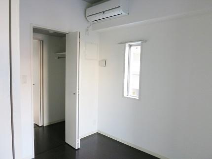 2階のこちらの部屋にも、ウォークスルーのクロゼットがあります。