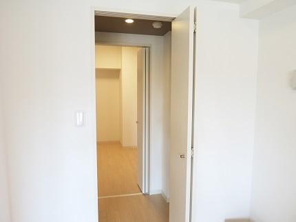 北側の部屋との間にあるクローゼットがウォークインスルーになっています。