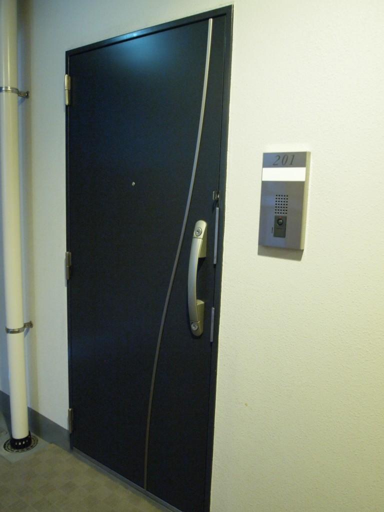 外観と同じく洗練された玄関ドアです。