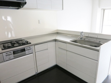 2階は、ホワイトで統一された清潔感のあるキッチン。