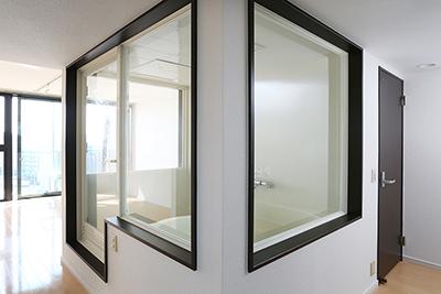 部屋の真ん中には、三面ガラス窓の開放的なバスルームがあります。