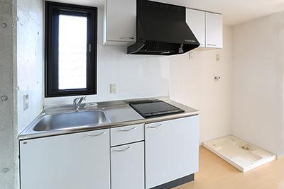 キッチンの横に冷蔵庫スペースと洗濯機スぺースがあります。