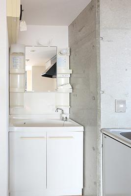キッチンのシンクのすぐ横には洗面台があります。