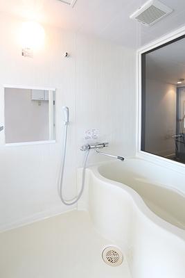 バスルームの中は、白が基調で明るいです。