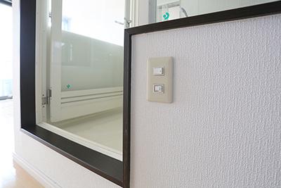 バスルームの証明は、扉の横すこし下の方に付いています。