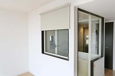 バスルームの窓側のガラスにはブラインドが付いています。