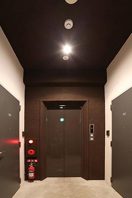 エレベーターホールの照明はセンサーライトになっています。