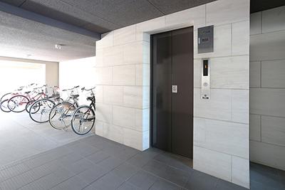 一階のエレベーターホールと駐輪場の風景です。