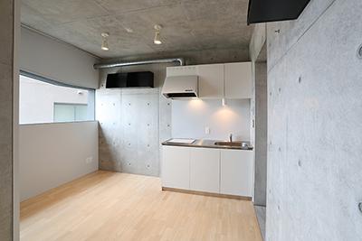 キッチンの位置は、玄関入ってそのまま部屋へ入りすぐに有ります。