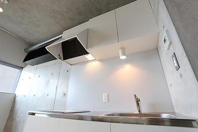 フード付き換気扇とIHを備えたキッチン。
