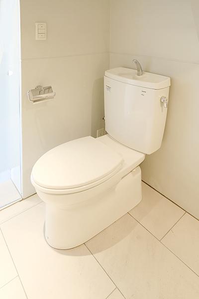 バスルーム入ってすぐ左にトイレがあります。