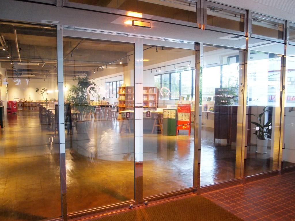 中が見える扉が、ブックカフェの入口です。