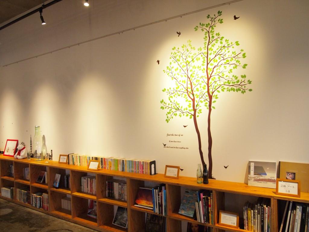 たくさんの本が、ジャンルごとに並べられています、