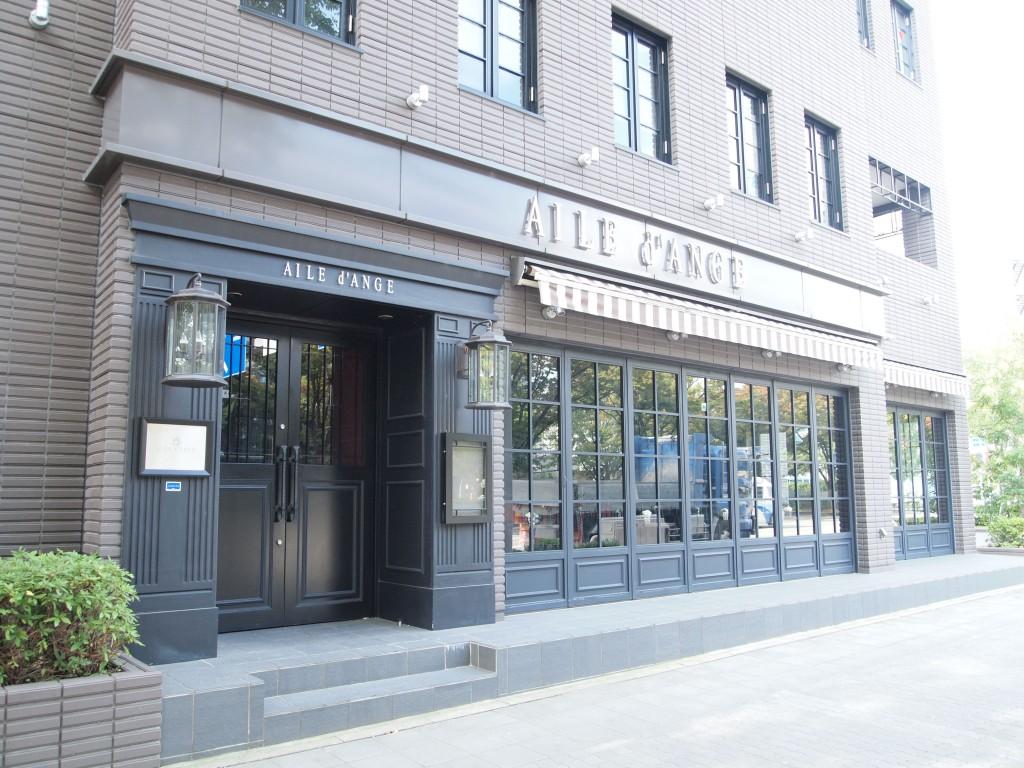 名古屋駅から徒歩13分。こんなお洒落なカフェの隣