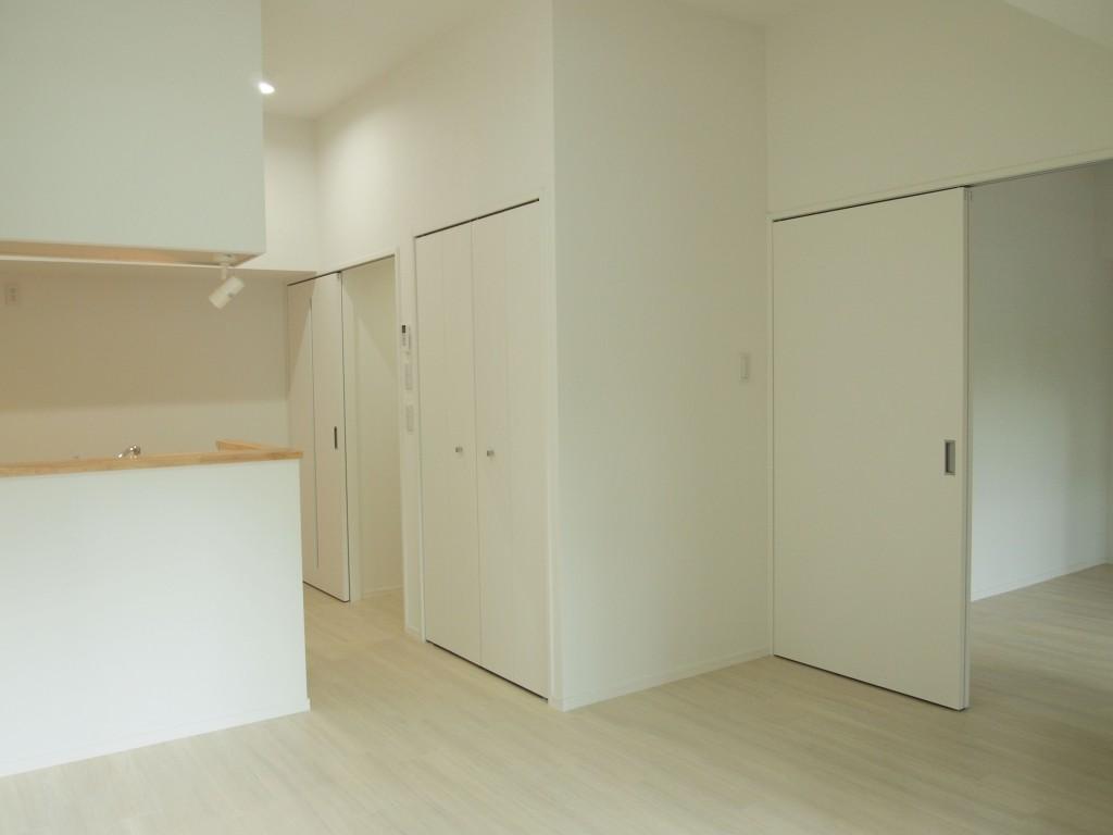 201号室はそれぞれに大きな窓があるので、一番明るい間取りになっています。