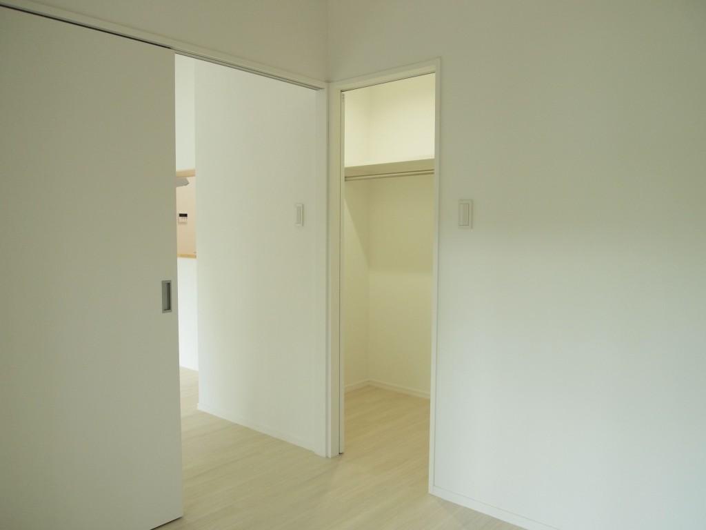 201号室のクロークは、ゆったりウォークイン仕様になっています。