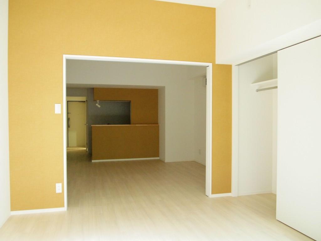 オレンジ色のアクセントクロスが気分まで明るくしてくれる、202号室のLDK。