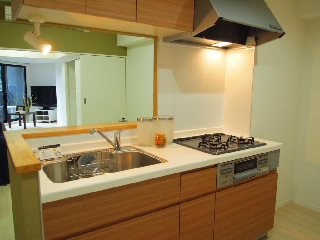 木目調のパネルがナチュラルな三口キッチン