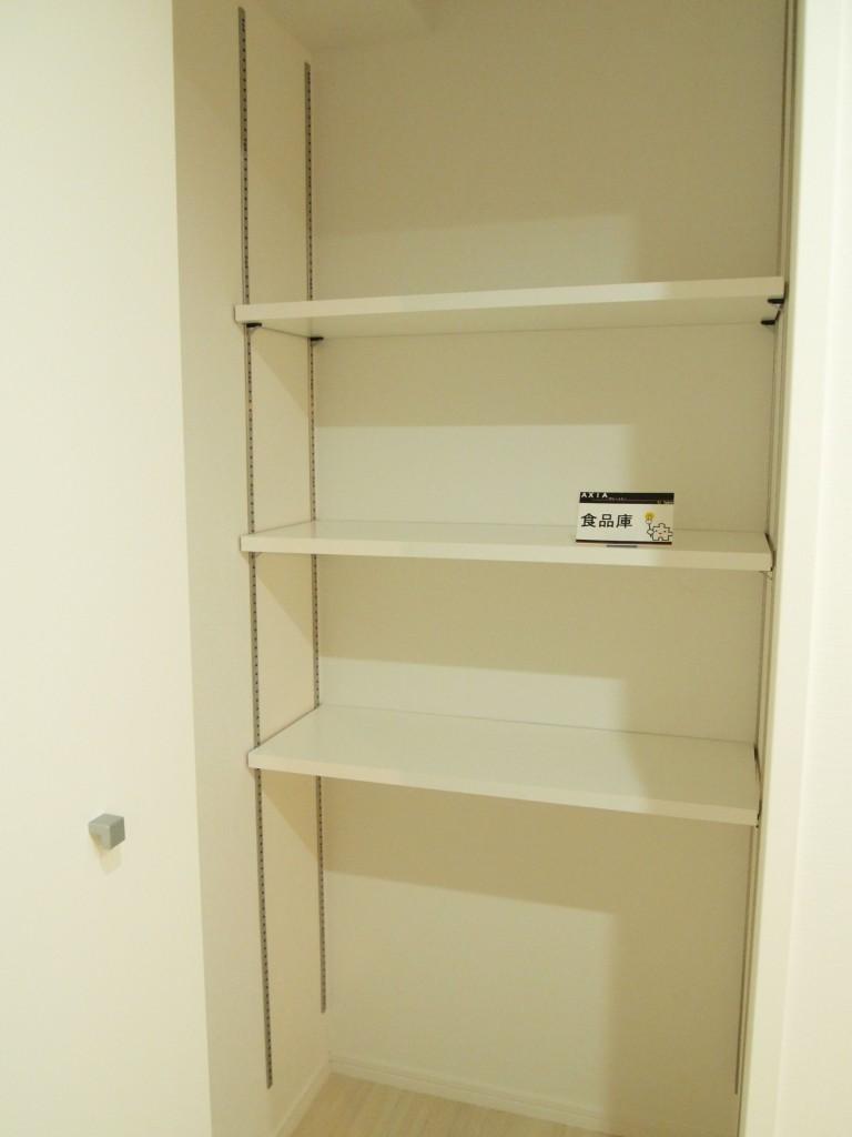 食品庫もついているのでストック食材もすっきり収納できます。