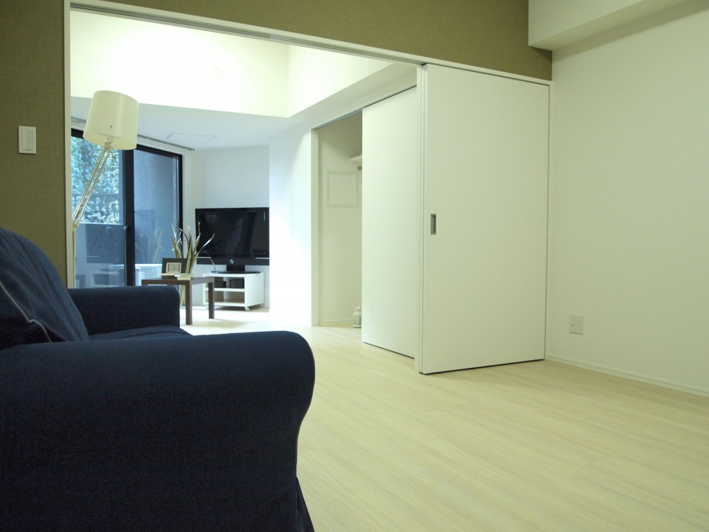 LDKと、可動間仕切りのある一室の風景です。