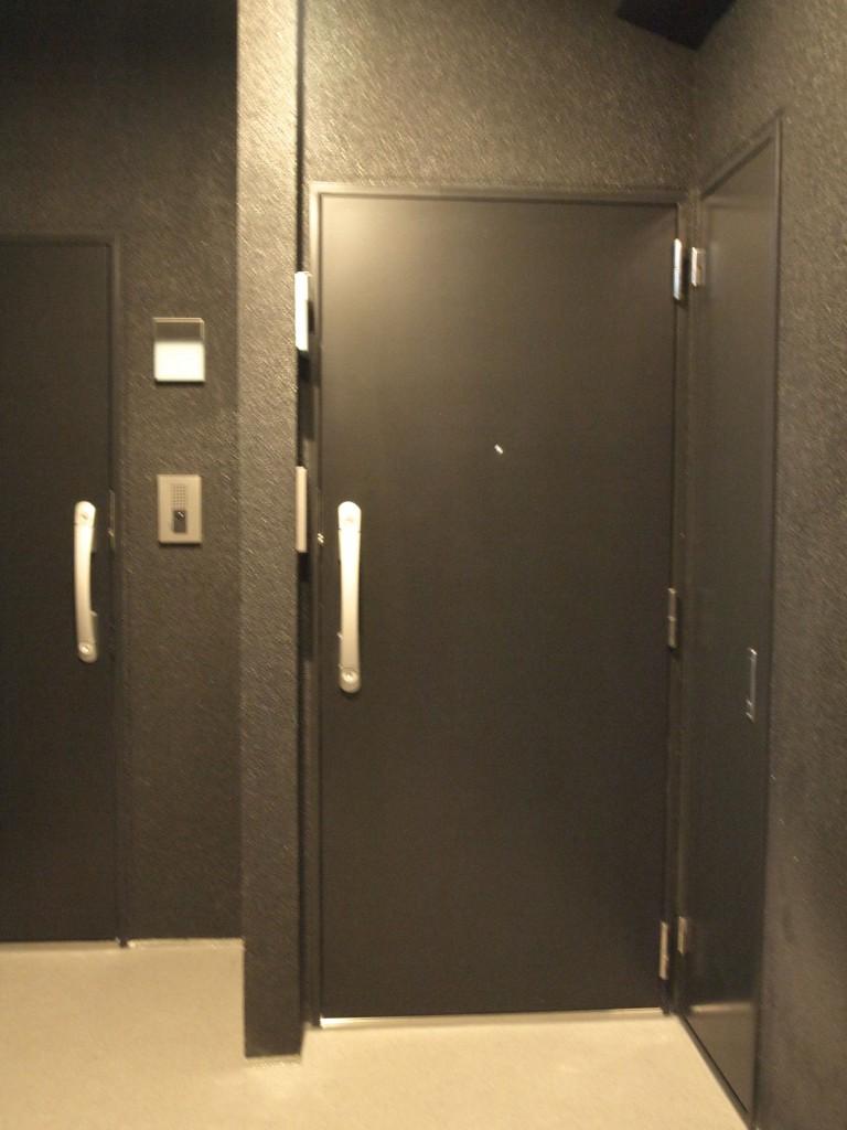 かっこいいブラックの壁と玄関ドア。