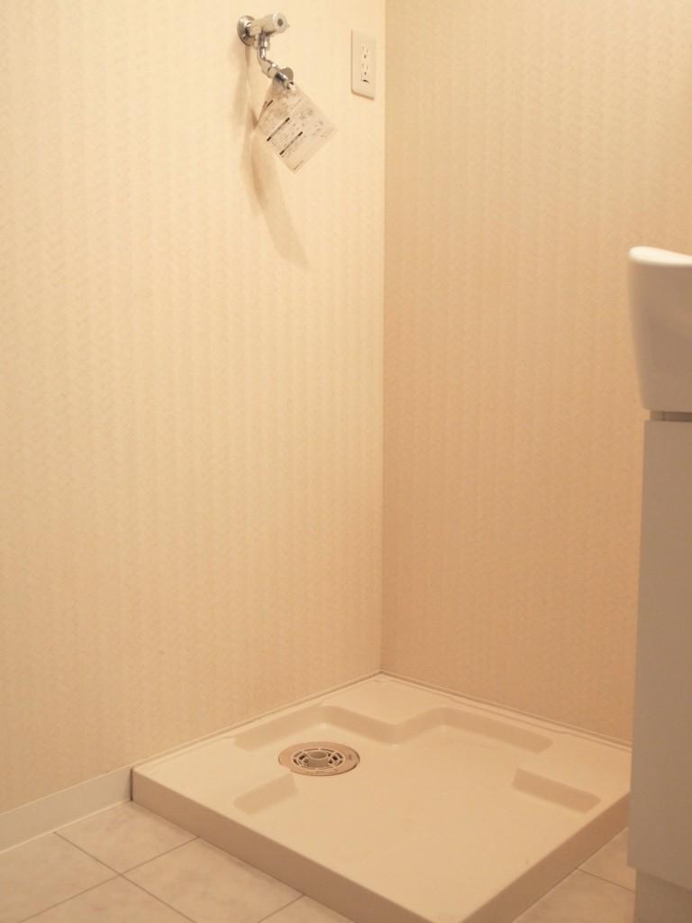 洗面台のすぐ横には、洗濯機置き場があります。