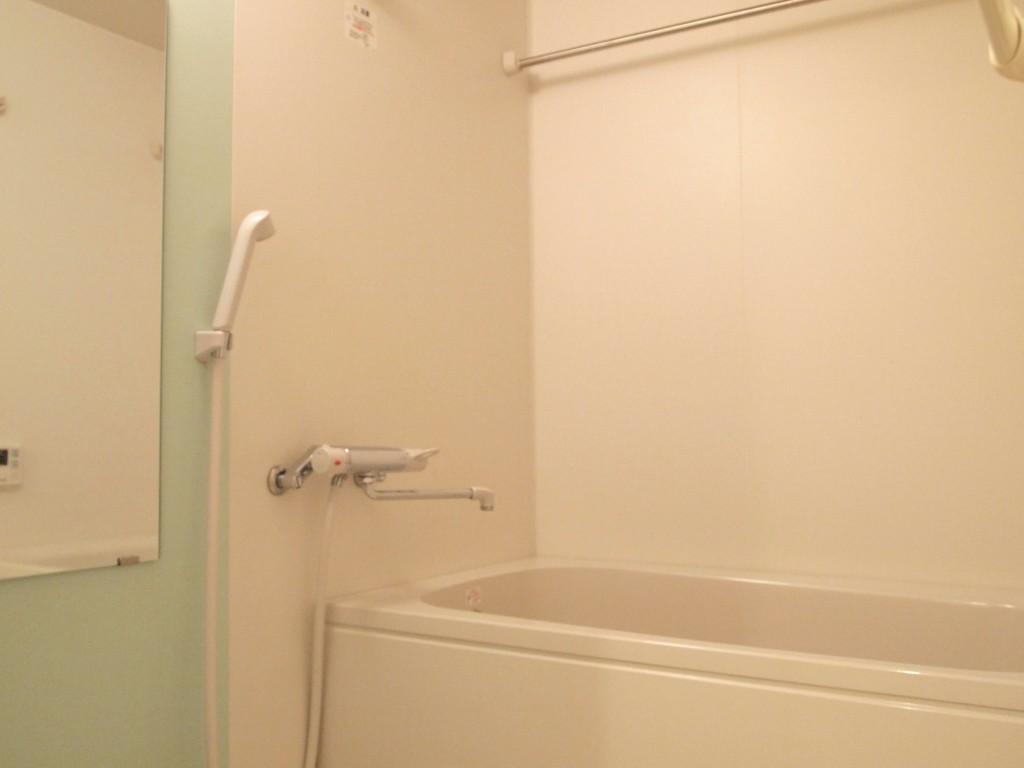 淡いグリーンがきれいな、清潔感のあるバスルーム。