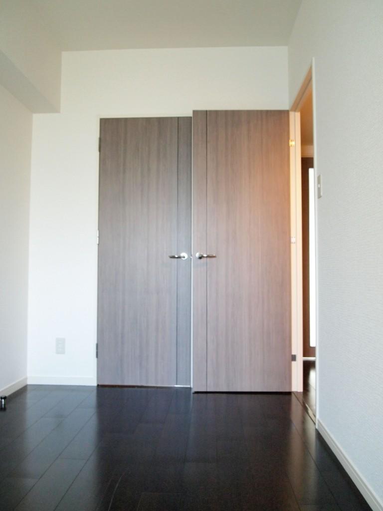 どちらを開けても干渉しないウォークインクローゼットの扉と洋室の扉